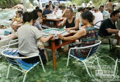 成都万人水中打麻将,一种休闲娱乐降温的方